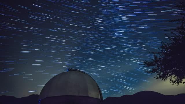 vídeos de stock, filmes e b-roll de observatório astronômico da noite - estrelas movendo-se sobre o fundo - ponto de observação
