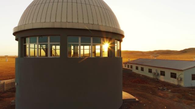 vídeos de stock e filmes b-roll de astronomical telescope station - rádio aparelhagem de áudio