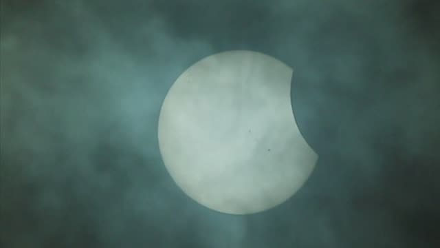 stockvideo's en b-roll-footage met astronomy buffs gathered in various latin american cities to observe the partial solar eclipse monday - de ruimte en astronomie