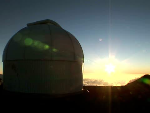 stockvideo's en b-roll-footage met ws astronomy observatory at sunset, mauna kea, the big island, hawaii, usa - astronomietelescoop