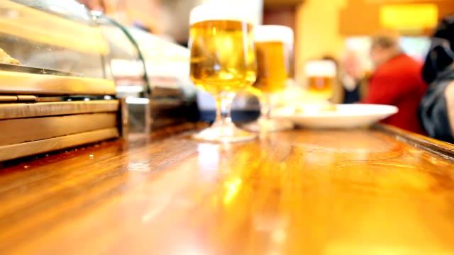 vídeos de stock e filmes b-roll de em um bar de tapas - cultura espanhola