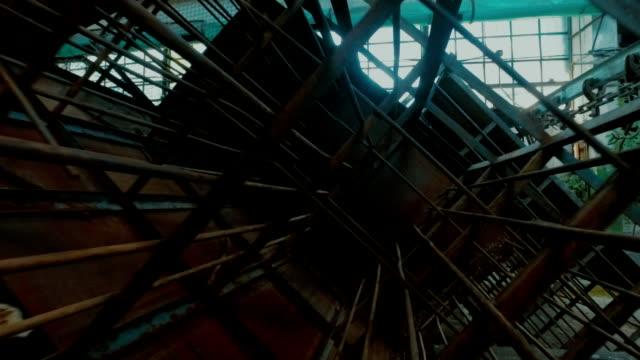 vídeos de stock, filmes e b-roll de na fábrica abandonada - roldana
