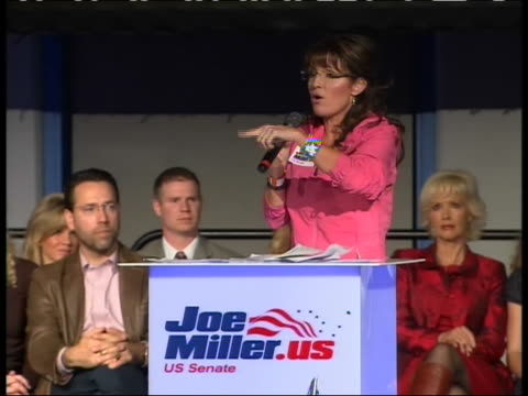vidéos et rushes de at anchorage alaska rally for republican senatorial candidate and tea party favorite joe miller former governor and vice presidential candidate sarah... - united states and (politics or government)