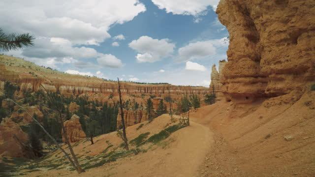 vídeos de stock, filmes e b-roll de no parque nacional bryce canyon, peek a boo trail - grand canyon