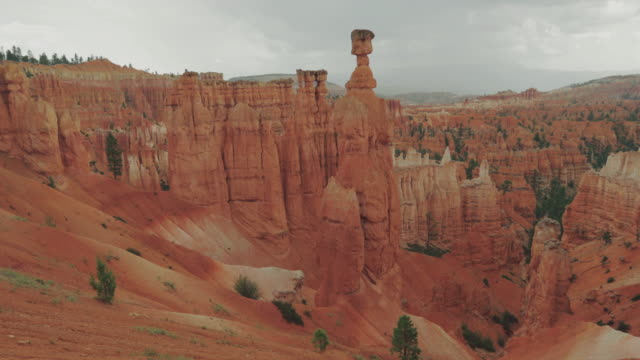 at bryce canyon national park, peek a boo trail - grand canyon video stock e b–roll