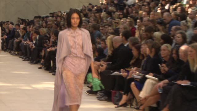 vidéos et rushes de at burberry london fashion week ss14 on september 16, 2013 in london, england. - 2014