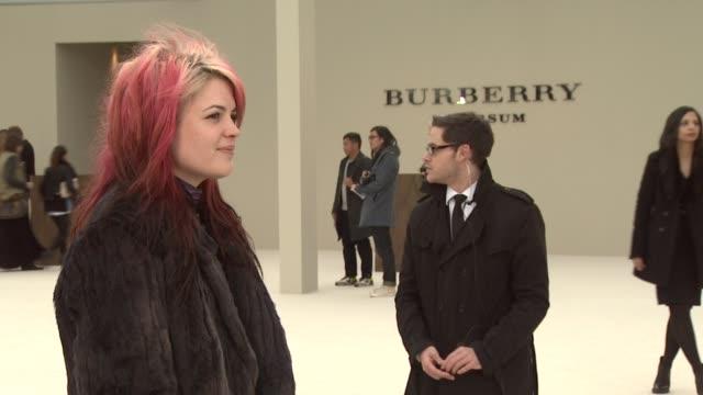 vídeos de stock, filmes e b-roll de atmosphere at burberry prorsum red carpet arrivals london fashion week autumn/winter 2012 at kensington gardens on february 20 2012 in london england - semana da moda de londres