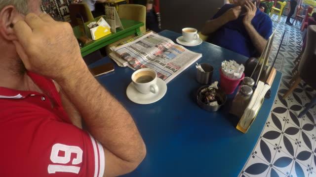 At Cafe: Eten, drinken, werken