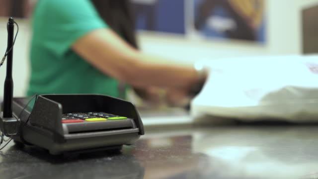 vídeos de stock, filmes e b-roll de no contador de dinheiro na loja - brincadeira de pegar