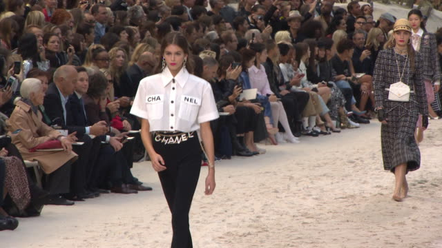 at chanel - paris fashion week womenswear spring/summer 2019 on october 02, 2018 in paris, france. - fashion show点の映像素材/bロール