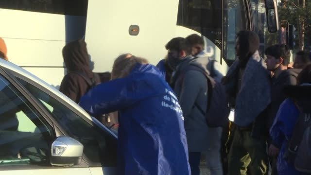 stockvideo's en b-roll-footage met at dawn french police evacuate several hundred migrants from a camp in aubervilliers near paris due to concerns over the spread of the coronavirus - dawn french