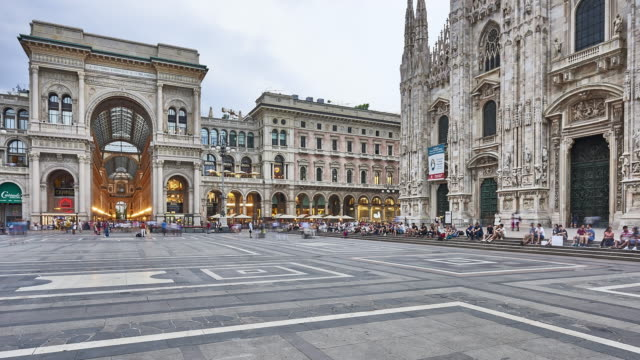 t/l at duomo square in milan - cattedrale video stock e b–roll