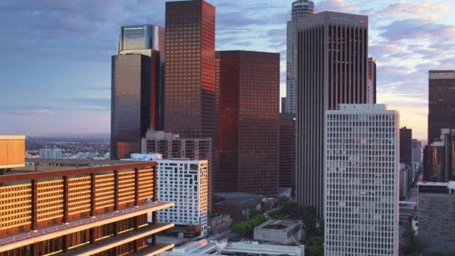 dtla at dusk - ascending drone shot - tower stock videos & royalty-free footage