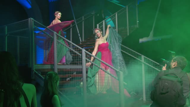 vídeos de stock, filmes e b-roll de atmosphere at emeralds and ivy ball at old billingsgate market on november 30 2013 in london england - trepadeira