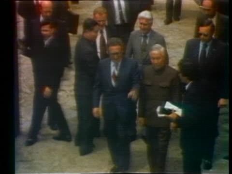 at gif-sur-yvette secretary of state henry kissinger walks with north vietnam diplomatic representative le duc tho - 1973年点の映像素材/bロール