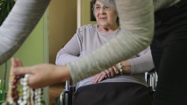 hemma vårdgivare - hembesök bildbanksvideor och videomaterial från bakom kulisserna