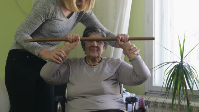 vídeos y material grabado en eventos de stock de cuidador en casa - cuidador en el hogar