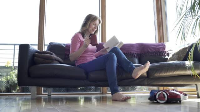 at home with a robot vacuum cleaner - saugen mund benutzen stock-videos und b-roll-filmmaterial