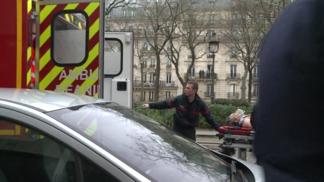 vídeos y material grabado en eventos de stock de at least 11 people were killed when gunmen armed with kalashnikovs and a rocket launcher opened fire in the offices of french satirical weekly... - satírico