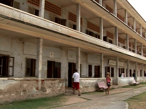 at least 12000 prisoners were tortured in cambodia's tuol sleng prison from 1975 to 1979 during the brutal khmer rouge communist regime thirty years... - auf dem bauch liegen stock-videos und b-roll-filmmaterial