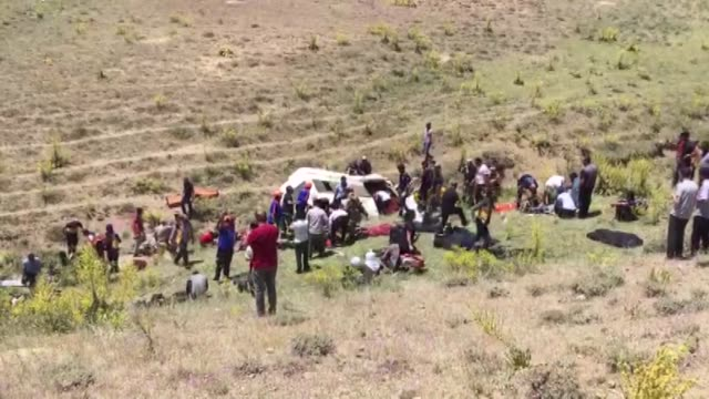 vidéos et rushes de at least 15 people died and more than 20 were injured on thursday when a vehicle carrying irregular migrants crashed in eastern turkey the crash... - gouverneur