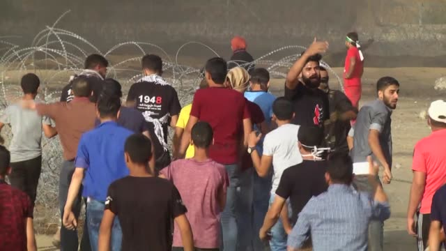 at least 206 palestinians have been injured by israeli troops near the gazaisrael security fence on friday in a statement ashraf alqidra spokesman... - gaza city stock videos & royalty-free footage