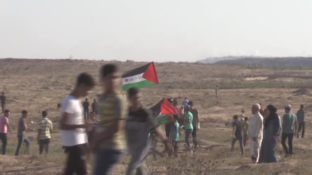 at least 30 palestinian protestors were wounded on friday after being targeted by israeli army forces while protesting near the gaza-israel buffer... - 2018 gaza border protests stock videos & royalty-free footage