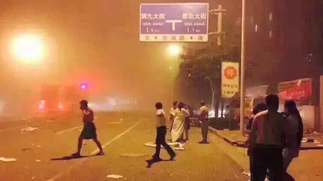 at least 50 people were wounded on wednesday by a huge explosion of inflammable material stored in a warehouse in the northern chinese port city of... - tianjin bildbanksvideor och videomaterial från bakom kulisserna