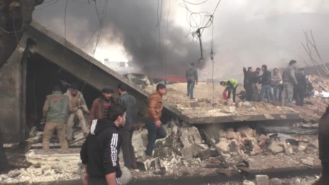 vidéos et rushes de at least 60 people were killed saturday by a car bomb attack in aleppo province's opposition-held azaz district in northwestern syria. an... - bombardement