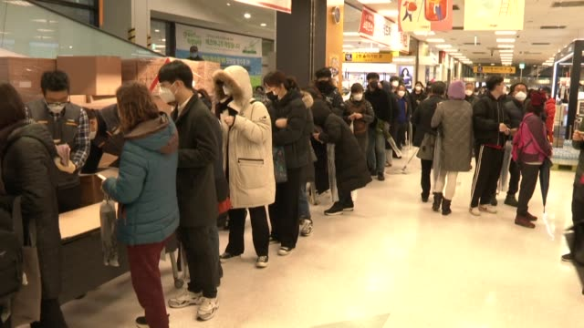 vídeos y material grabado en eventos de stock de at least a thousand people line up in the rain for masks in south korean cornoavirus-hit city of daegu with hundreds of frustrated locals missing out... - corea del sur