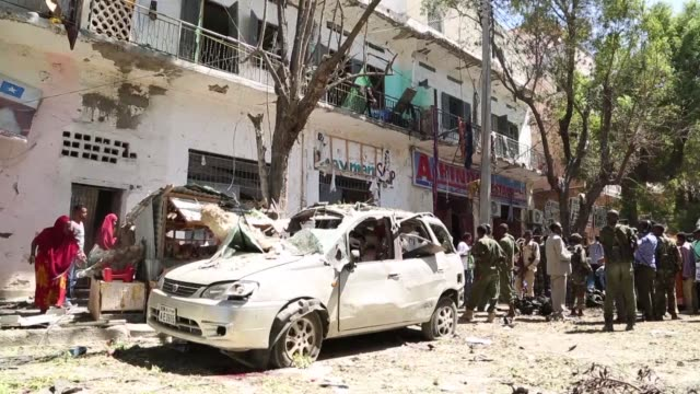 vídeos de stock e filmes b-roll de at least five people including two children are killed in a car bomb blast outside government offices in the capital mogadishu a local government... - porta voz masculino
