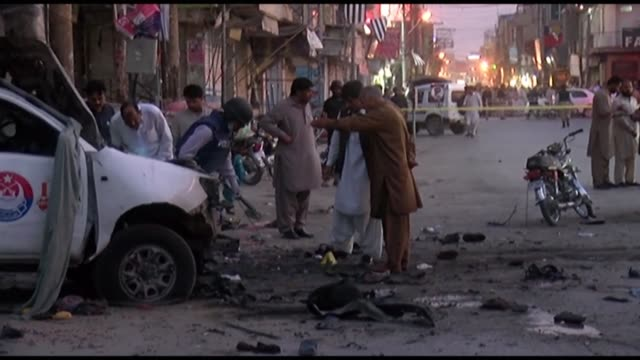 vídeos de stock, filmes e b-roll de at least five people were killed and more than 25 wounded when a bomb planted on a motorcycle hit a police van in southwest pakistan on tuesday... - southwest usa