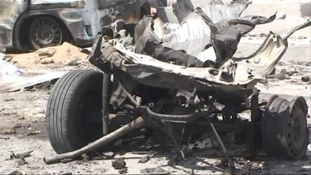vídeos y material grabado en eventos de stock de at least four people were killed in somalias capital mogadishu on wednesday when a suicide bomber rammed a car packed with explosives into a un convoy - el cuerno de áfrica