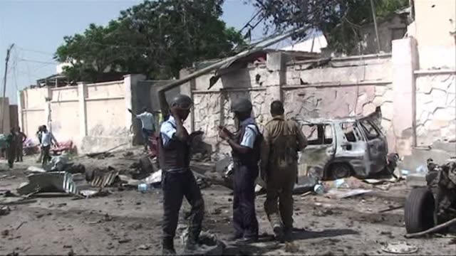 vídeos de stock e filmes b-roll de at least four people were killed in somalias capital mogadishu on wednesday when a suicide bomber rammed a car packed with explosives into a un convoy - corno de áfrica