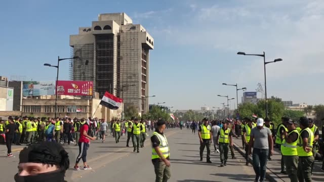 vidéos et rushes de at least two people were killed and dozens injured in protests that erupted on friday near baghdad's fortified green zone according to a medical... - irak