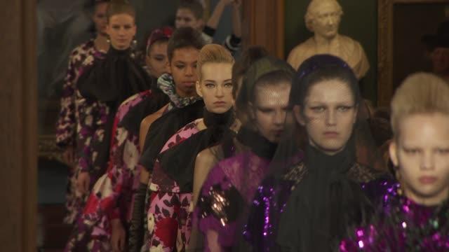vidéos et rushes de runway erdem at london fashion week february 2019 erdem on february 18 2019 in london united kingdom - semaine de la mode de londres