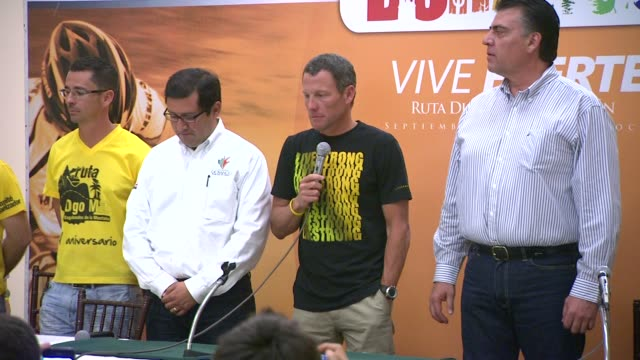 at mex lance armstrong is the surprise guest of honor and leads the ride at the durango to mazatlan bike event on 9/20/12 in durango mexico - ランス・アームストロング点の映像素材/bロール
