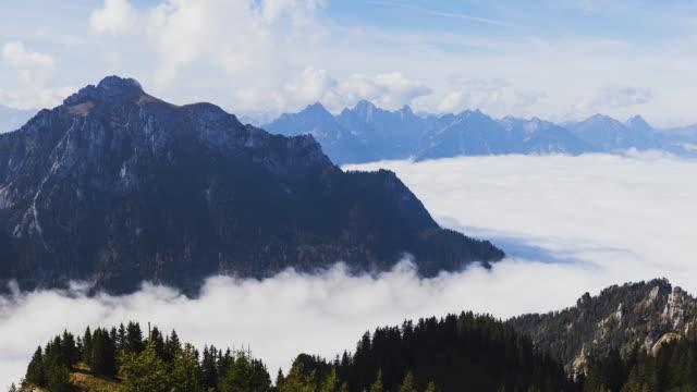 vídeos de stock, filmes e b-roll de t/l at mount tegelberg with a sea of clouds beneath - alpes bávaros
