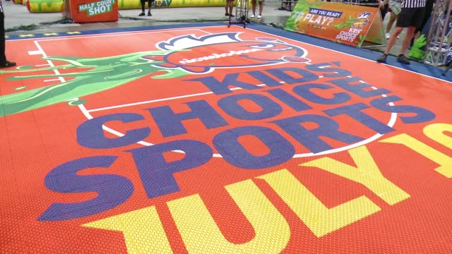 """vídeos de stock e filmes b-roll de at nickelodeon hosts basketball tryouts for kids' choice sports 2015 """"triple shot challenge"""" in los angeles, ca 6/27/15 - nickelodeon"""