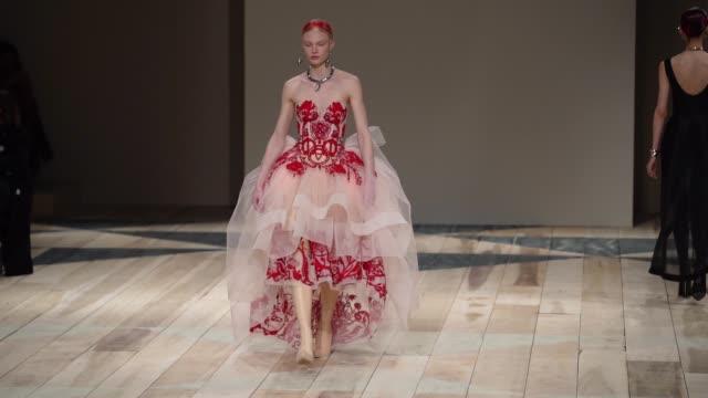 stockvideo's en b-roll-footage met at paris fashion week womenswear fall/winter 2020/2021 - alexander mcqueen fall/winter 2020/2021 on march 02, 2020 in paris, france. - fashion show