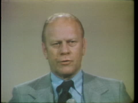 at press conference in chicago, vice president gerald ford says he does not believe president richard nixon should resign after the watergate scandal. - リチャード・ニクソンの大統領辞任点の映像素材/bロール