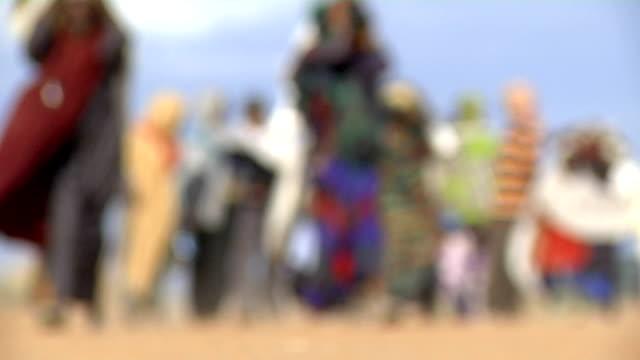 vidéos et rushes de at refugee camp refugee family walking on july 30 2011 in dadaab kenya - réfugié