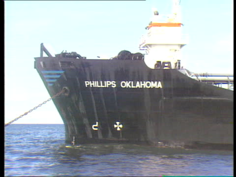 vidéos et rushes de 35 various sohts of firefighting tugboats spraying the 'phillips oklahoma as firemen onboard check damage pollution control plane flying overhead as... - remorqueur