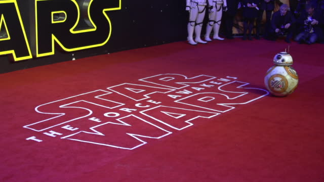 vídeos de stock, filmes e b-roll de clean slomo at 'star wars episode vii the force awakens' european premiere on december 16 2015 in london england - estreia