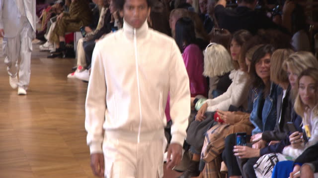 runway at stella mccartney paris fashion week womenswear spring/summer 2019 on october 01 2018 in paris france - stella mccartney marchio di design video stock e b–roll