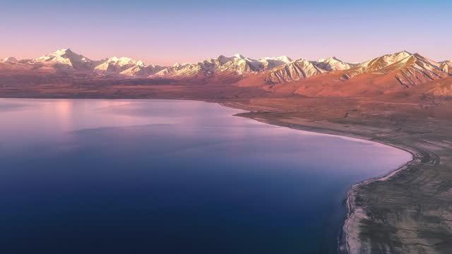 vídeos y material grabado en eventos de stock de al amanecer, una fila de montañas cubiertas de nieve muestran un tono rojo púrpura - área silvestre