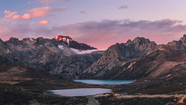 vídeos de stock, filmes e b-roll de ao pôr do sol, a montanha de neve apresenta um raro rosa - pureza