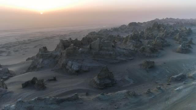 stockvideo's en b-roll-footage met bij zonsondergang verloor yadan stad geleidelijk zijn licht en werd stil - kei
