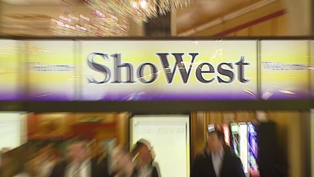 vídeos y material grabado en eventos de stock de atmosphere at the 2007 showest at the paris hotel in las vegas nevada on march 14 2007 - paris las vegas