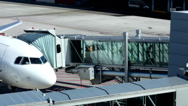 Am Flughafen – gangway zum Flugzeug
